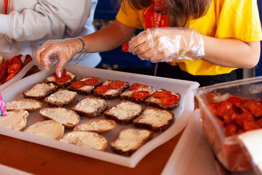 Mókusok, a táboroztatók, készítek a szendvicseket az újonnan érkezőknek