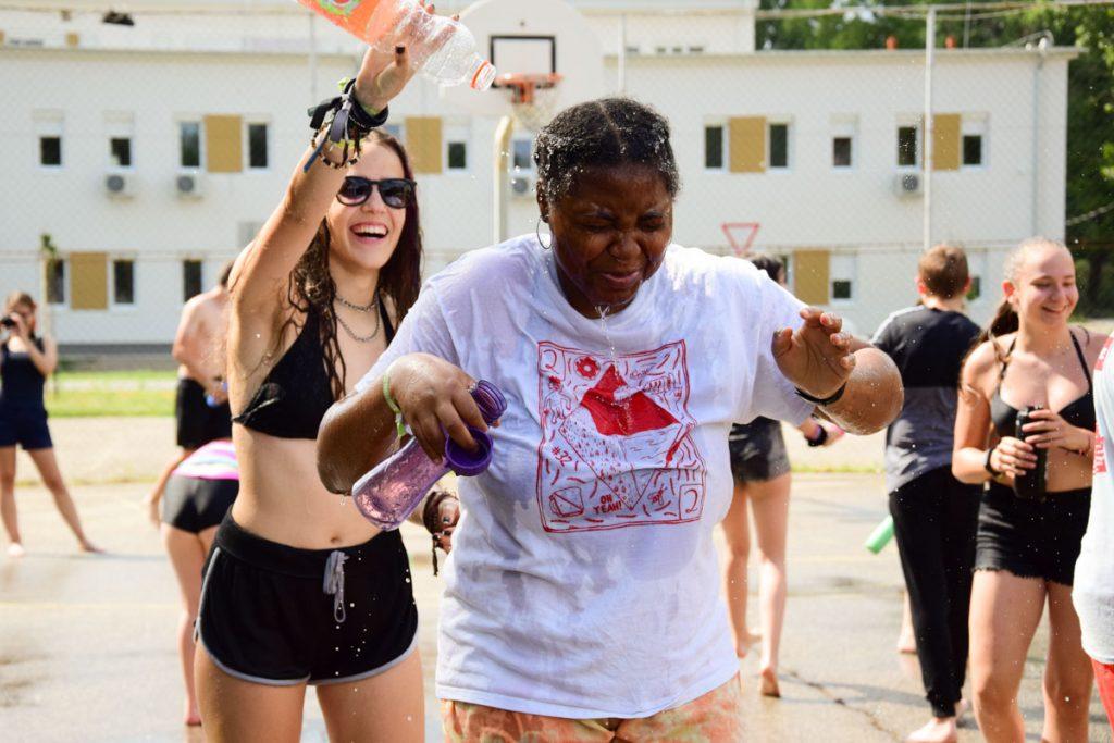 Vízicsatát rendeztek a PEOPLE TEAM-tábor udvarán